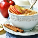 Fresh oatmeal with apples and cinnamon
