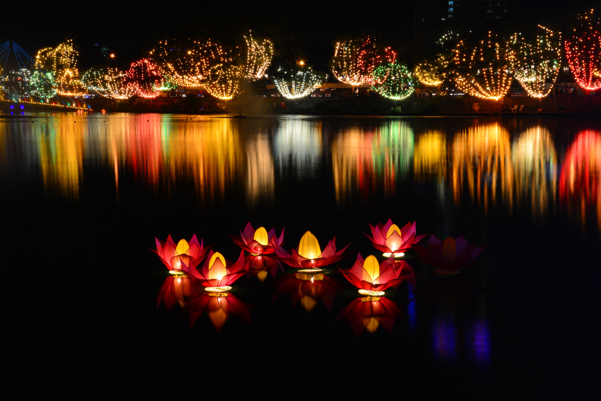 Colombo bere lake at night on Vesak Day. 7 Reasons Why Holidaying in Sri Lanka Saves You Money - SpaDreams